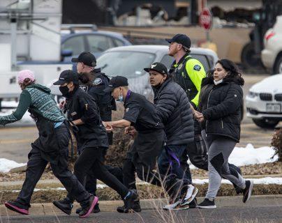 Videos: balacera en un supermercado de Colorado deja al menos 10 muertos; policía hiere al atacante y lo captura