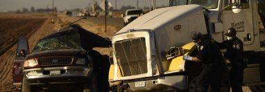 Al menos 25 personas viajaban en una camioneta tipo agrícola que chocó con un tráiler en California. (Foto Prensa Libre: AFP)