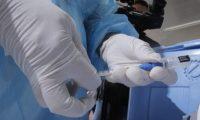 Guatemala ya vacuna a personal de salud que está en primera línea. (Foto Prensa Libre: EFE)