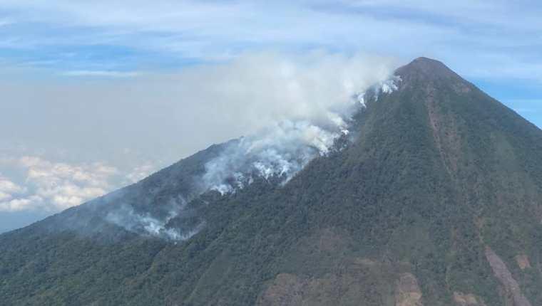 """El incendio inició el domingo último, pero el viento favoreció su propagación"""" y ahora se extiende por las faldas del coloso, amenazando la biodiversidad del lugar como el quetzal, el ave nacional. (Foto Prensa Libre: Conred)"""