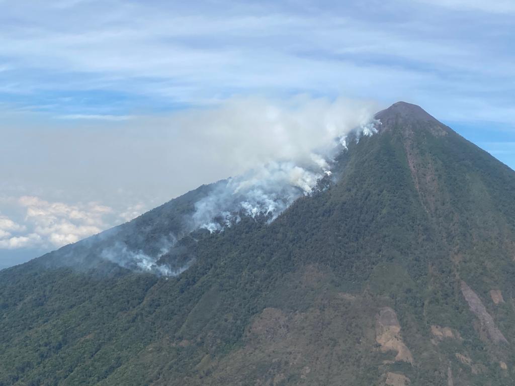 Imágenes: incendio forestal avanza incontenible en el volcán Atitlán mientras socorristas luchan contra el fuego