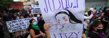 En las pancartas las manifestantes recordaron casos de violencia contra la mujer, como el de Litzi Amelia Cordón, de 20 años, víctima de femicidio. Su cadáver fue abandonado en un terreno baldío en la aldea Los Puentes, Teculután. El principal sospechoso del crimen es su primo, Kevin Díaz Cordón, capturado el pasado 10 de diciembre. (Foto: Prensa Libre)