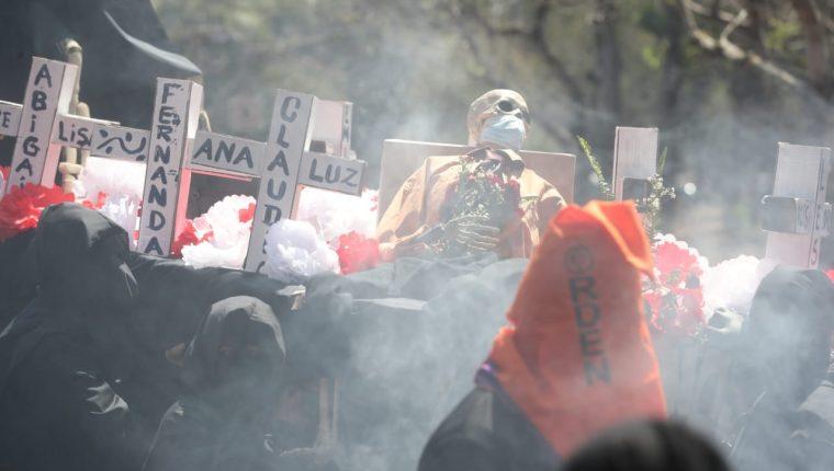 Debido a la pandemia de Coronavirus no hubo desfile bufo de la Huelga de Dolores, pero algunos estudiantes recorrieron el campus universitario. (Foto Prensa Libre: Érick Ávila Solís)