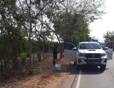 Lugar del ataque armado en el km 93.5 de la ruta alterna al Atlántico. (Foto Prensa Libre: PNC)