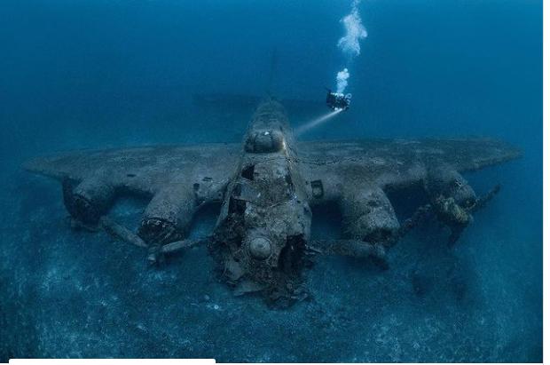 Video: Buzo se sumerge al mar para explorar un avión de la Segunda Guerra Mundial y mira sorprendentes detalles