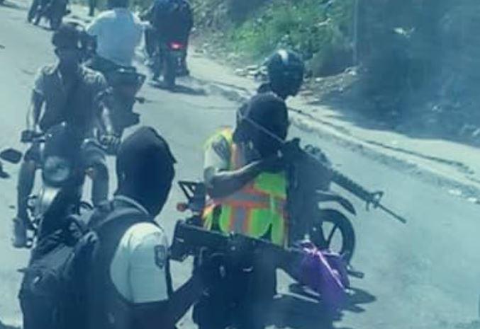 Con armas en mano: las imágenes del momento cuando la Selección de Belice fue detenida por un grupo armado en Haití
