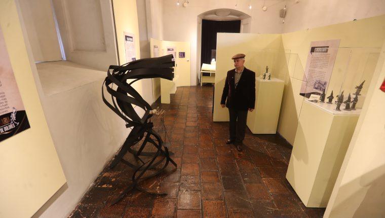 El historiador Mynor Carrera en un recorrido por la muestra dedicada a los 100 años de La Chabela, símbolo de la Huelga de Dolores y de los sancarlistas.  (Foto Prensa Libre. Erick Ávila)