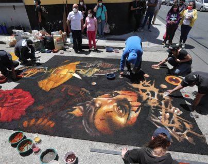 Los colores y el mensaje de Martes Santo: colectivo Chucho Callejero elabora alfombra en Centro Histórico