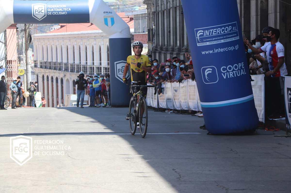Manuel Rodas ingresa a la meta empujando su bicicleta; pero lidera el clasificatorio