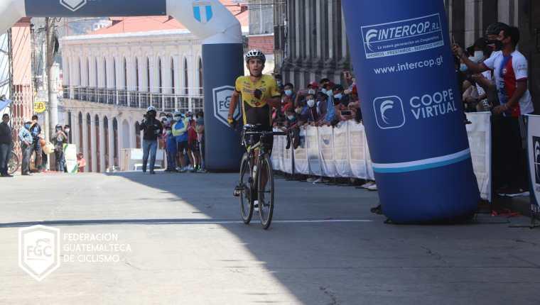 Manuel Rodas ingresó a la meta en Quetzaltenango en el segundo lugar empujando su bicicleta. (Foto Federación de Ciclismo).