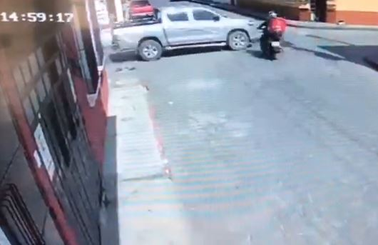 Momento del impacto de un motorista contra un picop.
