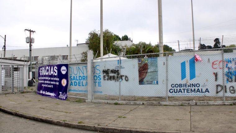 En las afueras del hospital del Parque de la Industria hay mantas de agradecimiento para los médicos y personal de salud. (Foto Prensa Libre: Elmer Vargas)