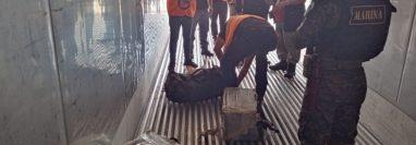 El buque de bandera de Hong Kong  CMA CGM Chochin, que venía de Colombia, atracó en Puerto Quetzal, Escuintla y en su interior se encontraron 100 paquetes de cocaína. (Foto Prensa Libre: Ejército)