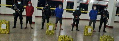 Tres personas fueron detenidas por transportar 394 paquetes con cocaína en una lancha pesquera en Puerto San José, Escuintla. (Foto Prensa Libre: MP)