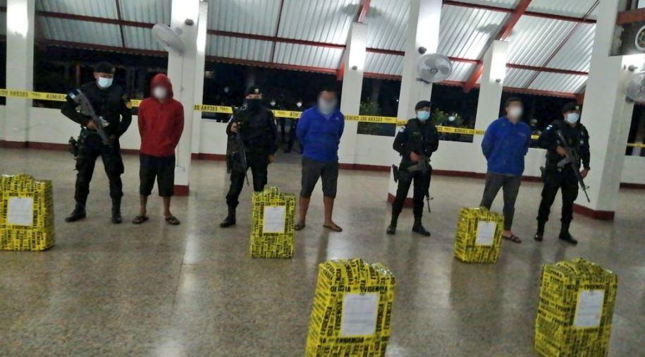 Suman 394 los paquetes con cocaína que transportaban tres lancheros frente a las costas de Puerto San José, Escuintla