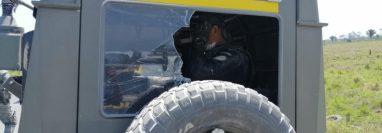 Una de las unidades militares quedó dañada por las pedradas y disparos que les acertaron durante la emboscada en Las Cruces, Petén, durante una operación para erradicar plantaciones ilegales. (Foto Prensa Libre: Ejército de Guatemala)