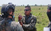 Soldado resultó herido en la emboscada a unidades militares que erradicaban plantaciones de marihuana en Las Cruces, Petén. (Foto Prensa Libre: Ejército de Guatemala)