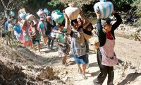 Falta de un servicio adecuado de agua, entre otros servicios, falta de infraestructura logística y acceso al trabajo así como debilidad de las instituciones del Estado son debilidades en Guatemala. según Fundesa. (Foto, Prensa Libre: Hemeroteca PL).