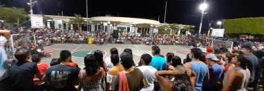 Pobladores presencian el festival de Judas sin guardar las medidas preventivas al covid-19.