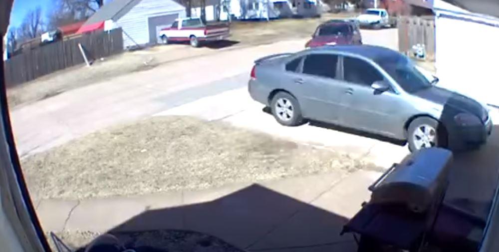 """Hombre choca intencionalmente el carro y vivienda de su exesposa y """"lamenta"""" que ella no estuviera allí"""