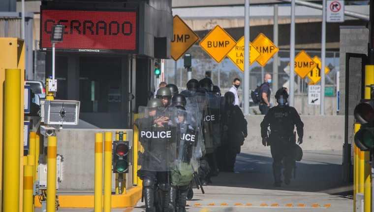 Guardias de al Patrulla Fronteriza vigilan el cruce fronterizo en Tijuana, luego de una protesta de migrantes. EE. UU. teme una ola migratoria sin precedentes. (Foto Prensa Libre: EFE)