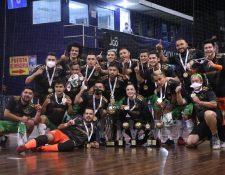 El equipo de Tellioz festeja del título de campeón de futsal junto a la entrenadora María Fernanda Rossell. (Foto Liga de Futsal).