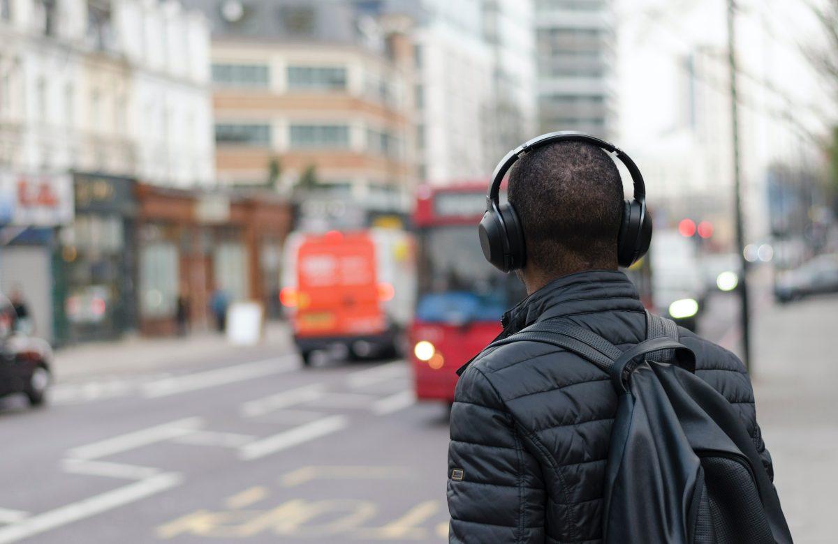 La alarmante cifra de las personas que tendrán problemas auditivos por utilizar audífonos