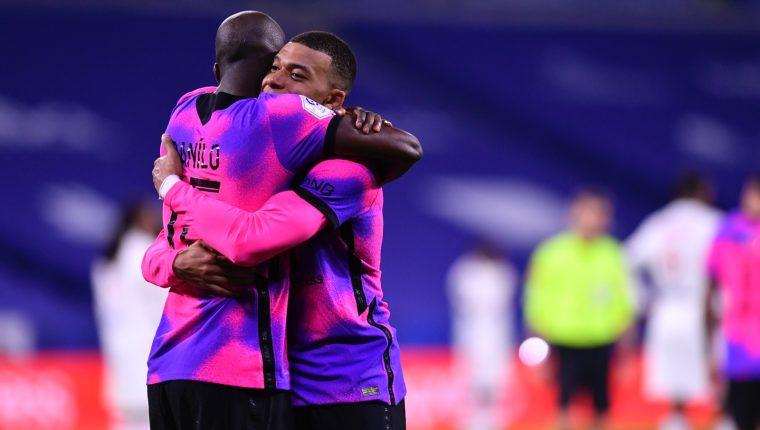 Mbappé festeja uno de los goles del triunfo del París SG frente al Lyon. (Foto Prensa Libre: PSG).