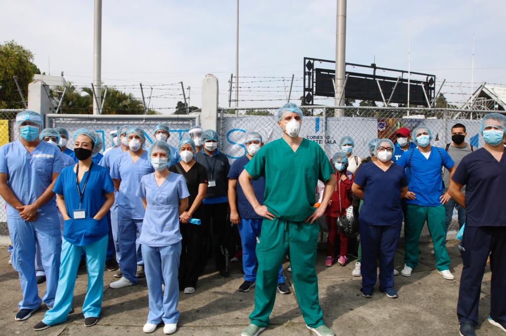 Personal médico del hospital temporal del Parque de la Industria, reclaman la falta de insumos y equipo que el Ministerio de Salud no les ha proporcionado. Foto: Hemeroteca Prensa Libre