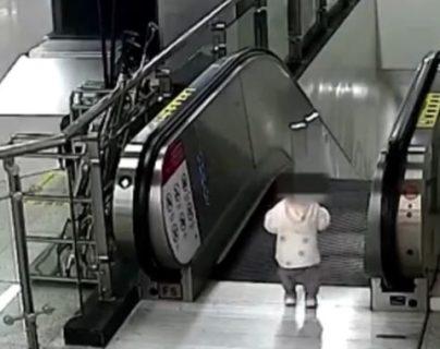 ¿Héroe y policía? Un guardia de seguridad salva a un niño en una escalera eléctrica