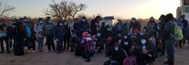 Uno de los grupos de migrantes, la mayoría de guatemaltecos, que cruzó la frontera con Estados Unidos en Arizona, y luego se entregó a las autoridades migratorias. (Foto Prensa Libre: @USBPChiefTCA)