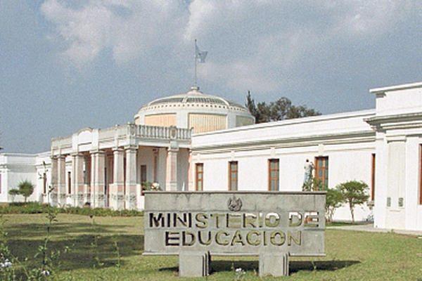 Mineduc mantiene en sus labores a 21 maestros condenados por delitos sexuales