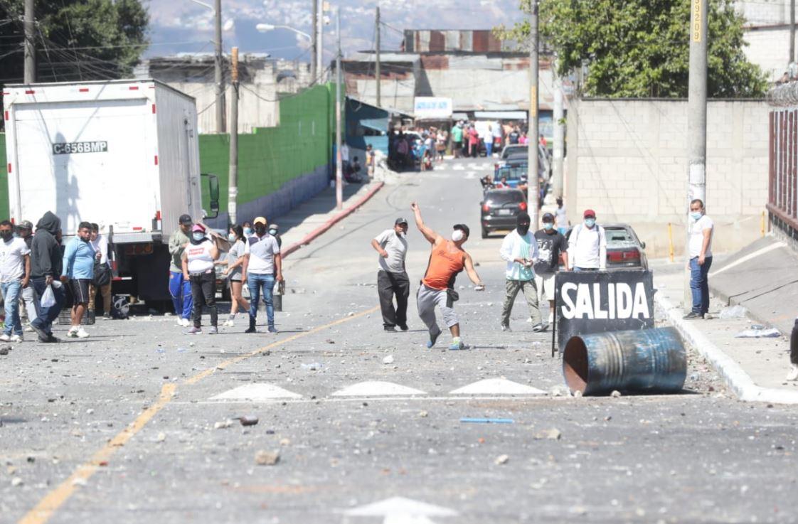Enfrentamiento entre vecinos y supuestos invasores en Nimajuyú, zona 21 deja varios heridos, uno de bala