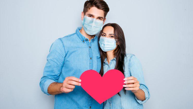 El amor en tiempos de pandemia sigue pasando por retos para mantener la armonía y el apoyo entre ambos.  (Foto Prensa Libre: Shutterstock)
