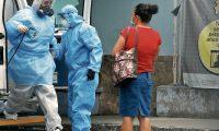 Médicos realizan Pruebas de hisopado a pacientes  que son trasladadas al Hospital General San Juan de Dios.       Fotografía  Esbin Garcia 018- 08-2020