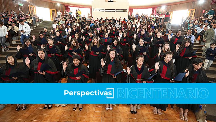 En 2013 se implementó un cambio en la carrera de magisterio. Este año concluye estudios la octava cohorte que obtiene título a nivel universitario. Foto: Hemeroteca Prensa Libre
