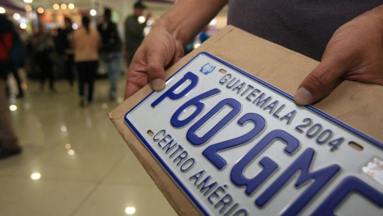 El último cambio generalizado de placas de metal fue en el 2004. En el 2018 se agotaron esos distintivos y la SAT volvió a abastecerse hasta en el 2020. (Foto, Prensa Libre: Hemeroteca PL).