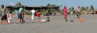 Comerciantes se preparan para recibir visitantes en la medida que lo permite el semáforo epidemiológico. (Foto: Marvin Túnchez)