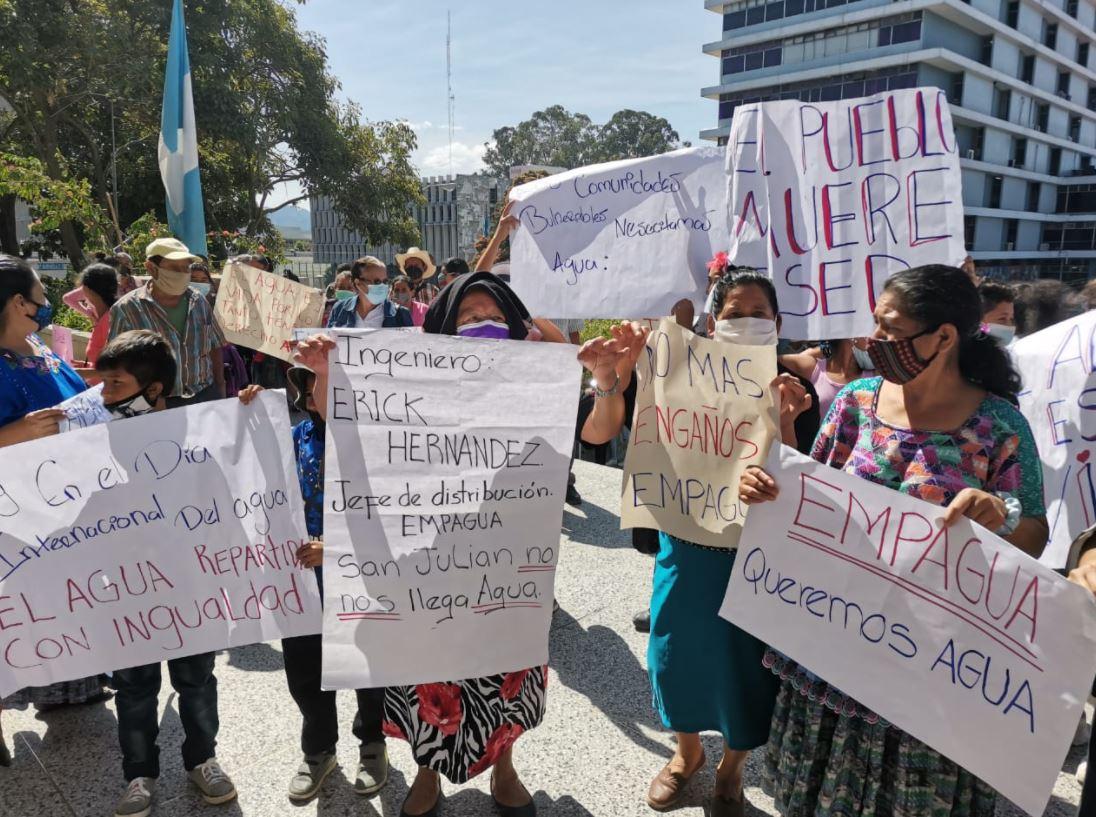 Día Mundial del Agua: Vecinos de varias comunidades manifiestan frente a la Municipalidad de Guatemala por falta de servicio