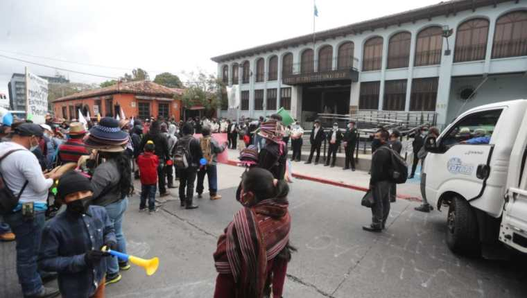 Integrantes de organizaciones indígenas protestan frente a la Corte de Constitucionalidad. (Foto Prensa Libre: Érick Ávila)