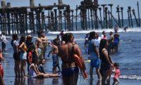 Miles de guatemaltecos visitan la playa de Puerto San José, Escuintla, durante Semana Santa. (Foto Prensa Libre)