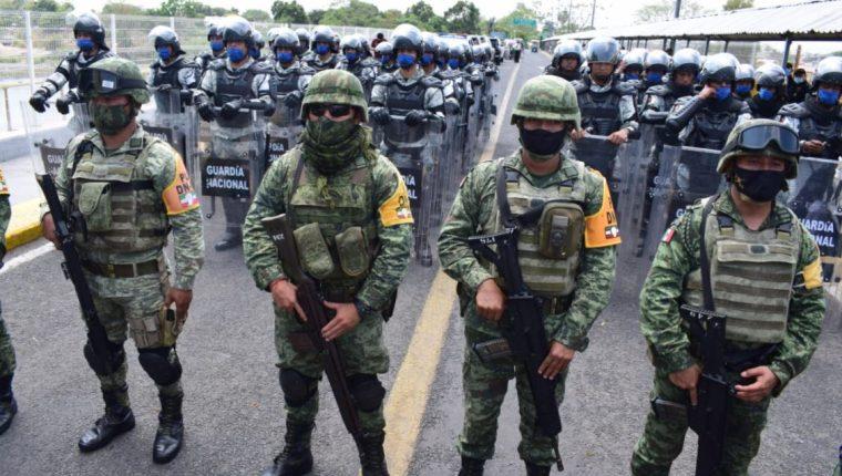 Ejército de México y la Guardia Nacional de ese país en el puente internacional frontera entre Chiapas, México y Tecún Umán, San Marcos. (Foto Prensa Libre: Ejército de Guatemala)