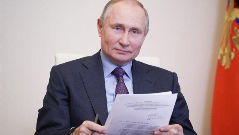 El presidente ruso, Vladimir Putin, fue vacunado contra el coronavirus el 23 de marzo. (Foto Prensa Libre: EFE)