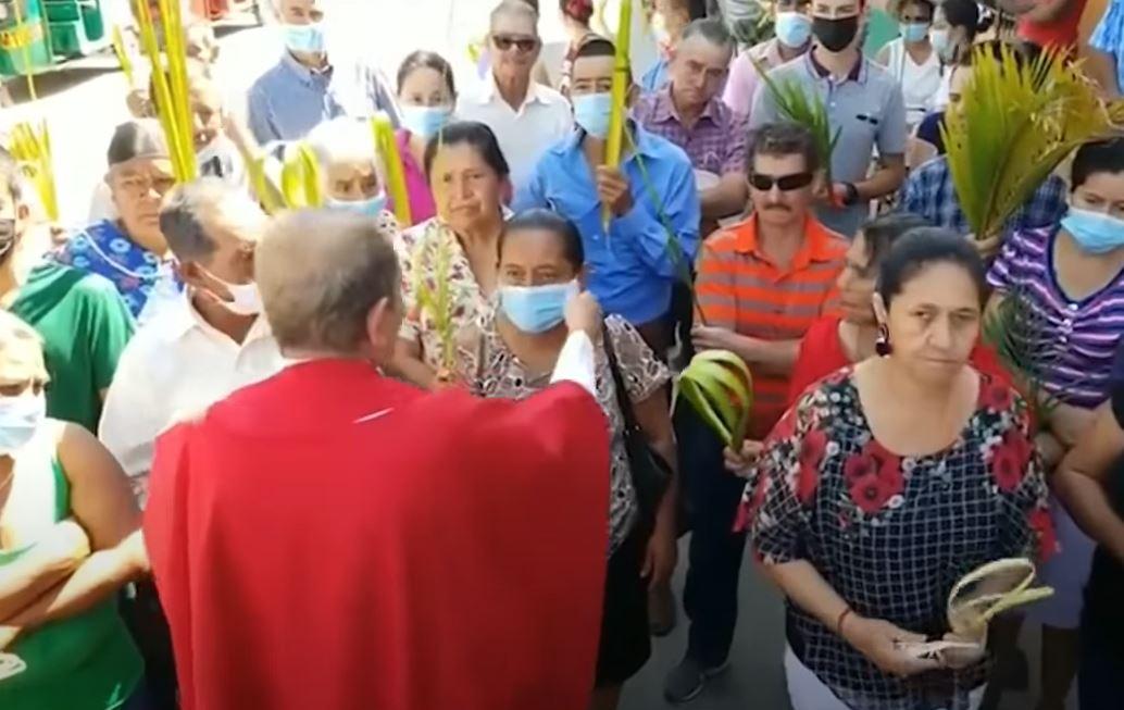 Sacerdote católico de Honduras le arranca la mascarilla a fieles católicos y les pide que no la usen