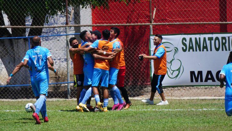 Los jugadores de Sanarate celebran uno de los goles en al victoria contra Guastatoya. (Foto AndresNadf).