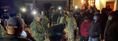 Momento en que son liberados los soldados mexicanos y entregados a su país en la frontera con Guatemala. Los seis integrantes del Ejército mexicano son señalados de matar a un guatemalteco en un retén en Chiapas. (Foto Prensa Libre: Ejército de Guatemala)