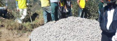 Socorristas y autoridades observan los cuerpos de las víctimas. (Foto Prensa Libre: Raúl Barreno)