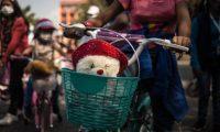 """AME5534. CIUDAD DE GUATEMALA (GUATEMALA), 13/02/2021.- En bicicletas y con peluches, decenas de niñas protestan hoy contra el asesinato y el secuestro en el centro de Ciudad de Guatemala (Guatemala). Con la consigna """"¡Solo queremos jugar!"""", acompañadas por sus familiares y organizaciones civiles, estas clamaron contra el incremento de muertes y secuestros de niñas en el país. El uso simbólico de las bicicletas se hizo en honor a Sharon Figueroa, una niña de 8 años secuestrada y asesinada esta semana en el Norte de Guatemala. EFE/ Esteban Biba"""