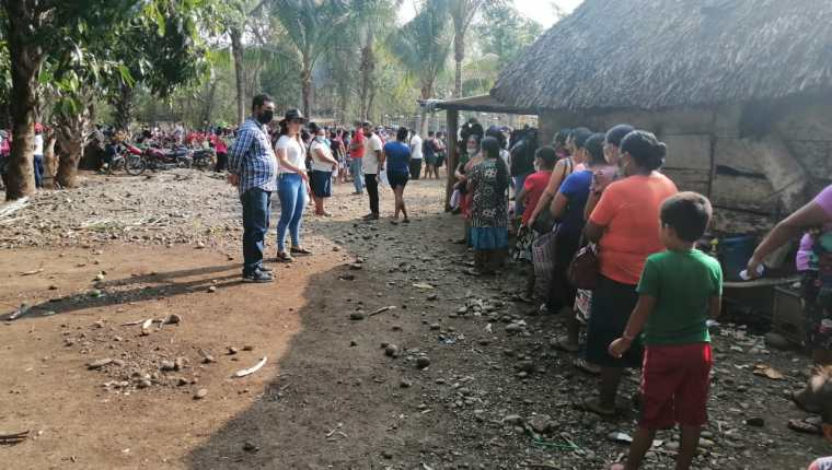 Vecinos de aldeas de Retalhuleu se preparan para recibir las bolsas de alimentos, coordinados por personal sin ninguna identificación del Maga, pero señalados de ser familiares y trabajadores del diputado Luis Galindo, de Valor. (Foto Prensa Libre: Cortesía)