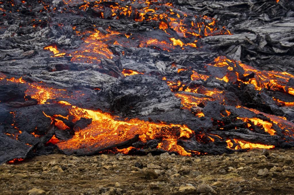 La lava mana de una cúpula formando un pequeño valle y se acumula en la cuenca, transformándose poco a poco en negro basalto a medida que se enfría. (Foto Prensa Libre: AFP)
